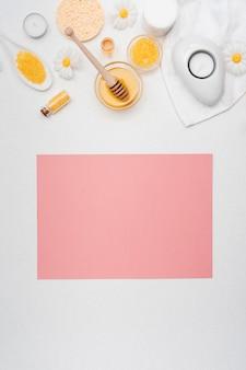 Maquete de cartão rosa com itens essenciais de spa