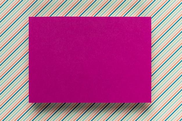 Maquete de cartão roxo no fundo simples