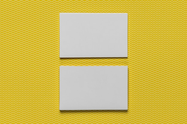 Maquete de cartões com fundo amarelo