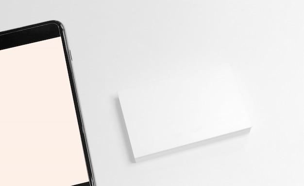 Maquete de cartões de visita com telefone inteligente