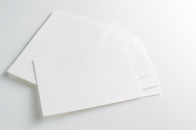 Maquete de cartões de visita pilha no fundo branco