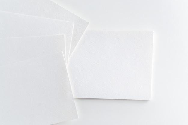 Maquete de cartões pilha em fundo branco papel