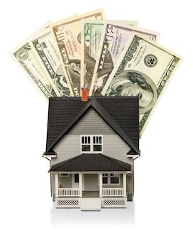 Maquete de casa com dinheiro - isolada