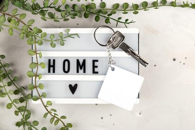 Maquete de chaveiro de sublimação de losango em branco a bordo com maquete de chaveiro de inscrição em casa para d ...