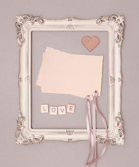 Maquete de convite de casamento plana leigos em moldura vintage
