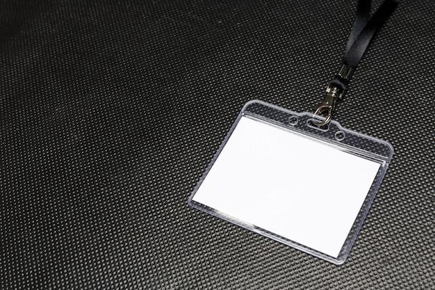 Maquete de crachá em branco isolada em preto