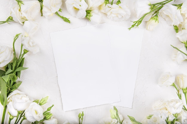 Maquete de dois cartões vazios com flores eustoma lisianthus brancas desabrochando