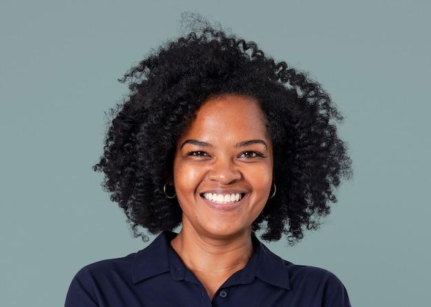 Maquete de empresária africana confiante psd closeup sorridente portr