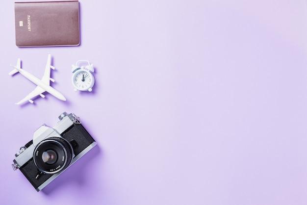 Maquete de filmes de câmera retrô, avião, acessórios de viagem para passaporte