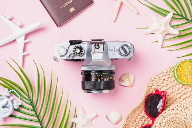 Maquete de filmes de câmera retro, avião, estrela do mar, chapéu e acessórios tropicais de viajante