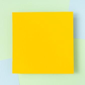 Maquete de folha de papelão amarelo