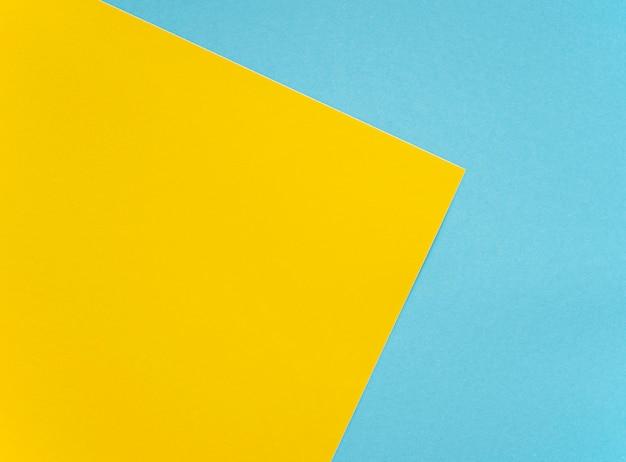 Maquete de folhas amarelas e azuis brilhantes de papelão em branco colorido como textura
