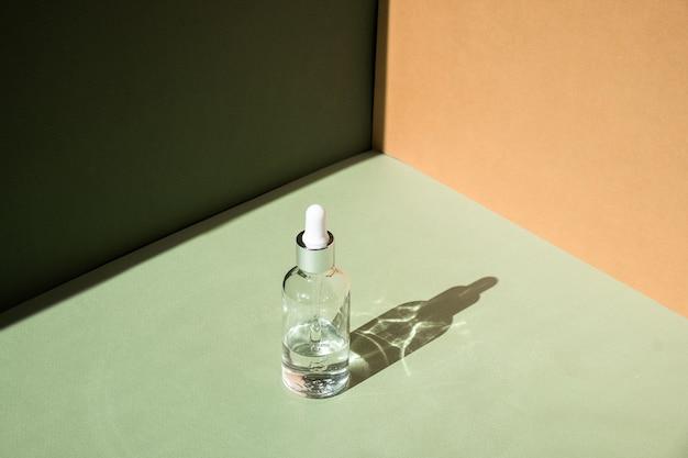 Maquete de frasco de vidro conta-gotas. tratamento corporal e spa. produtos de beleza naturais. eco creme, soro, frasco em branco para cuidados com a pele. óleo de massagem anticelulite. pipeta cosmética oleosa.