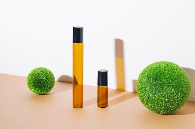 Maquete de frascos vazios para cosméticos em vidro escuro. tratamento corporal e facial e spa. produtos de beleza naturais. óleo de massagem anticelulite. lugar para texto, imagens.