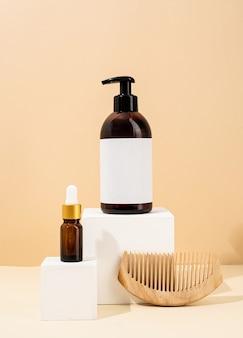 Maquete de garrafas marrons para acessórios de spa de cosméticos naturais para a pele em pódios brancos de fundo creme