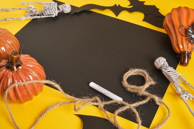 Maquete de halloween, folha de papel preta em branco e decoração de halloween