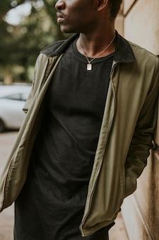 Maquete de jaqueta verde masculina com camiseta preta na modelo afro-americana