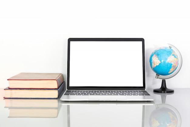 Maquete de laptop e livro na mesa