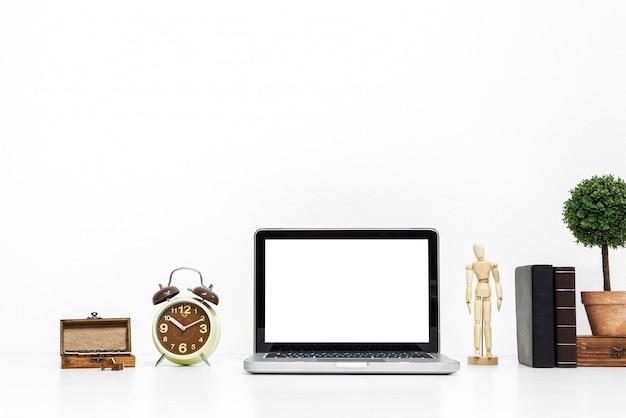 Maquete de laptop na elegante secretária de trabalho organizado.