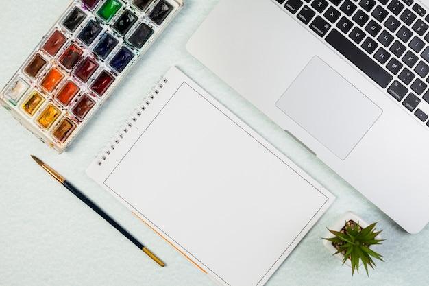Maquete de laptop plana leigos com o bloco de notas