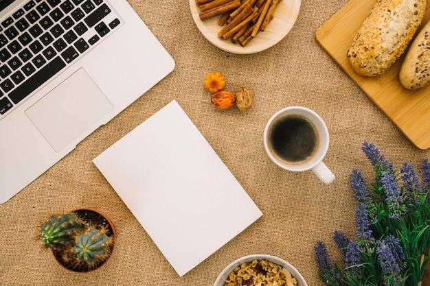 Maquete de livreto com laptop