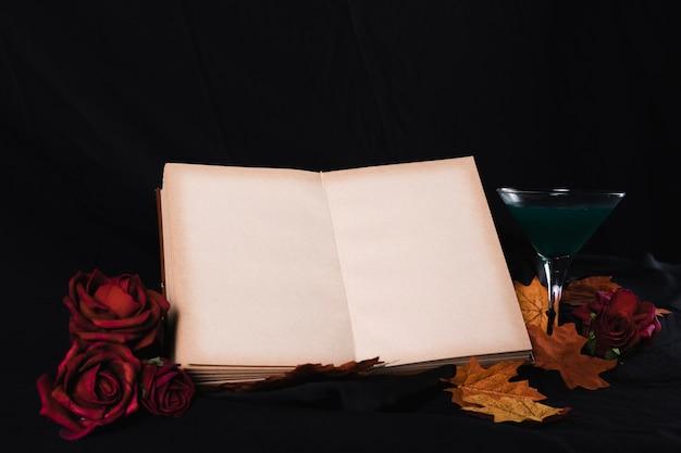 Maquete de livro aberto com rosas