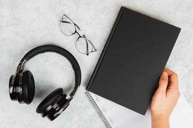 Maquete de livro com fones de ouvido