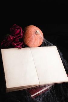 Maquete de livro com rosas e abóbora