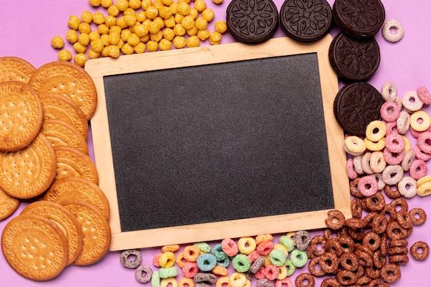Maquete de lousa cercada por cereais e biscoitos