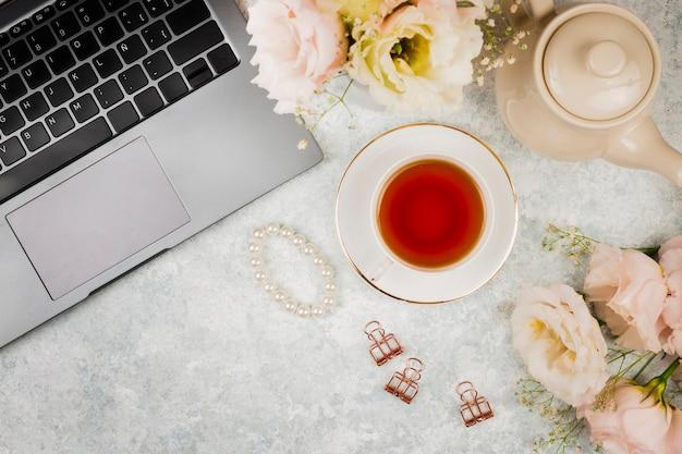 Maquete de macbook com chá