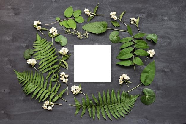 Maquete de marca bonito e elegante com flores silvestres. foto de vista superior plana de um layout feminino.
