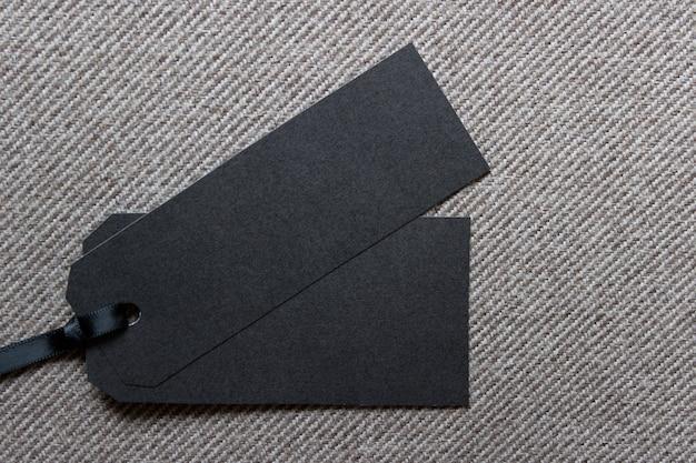 Maquete de modelo com duas etiquetas de venda em tecido texturizado