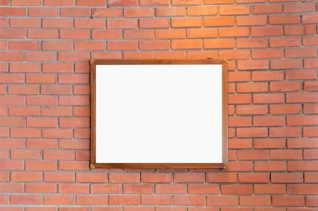 Maquete de molduras em branco exibidas na parede de tijolos para design