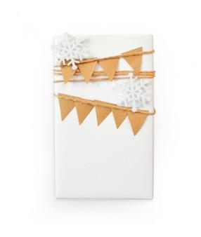 Maquete de natal caixa de presente embrulhado em papel e floco de neve
