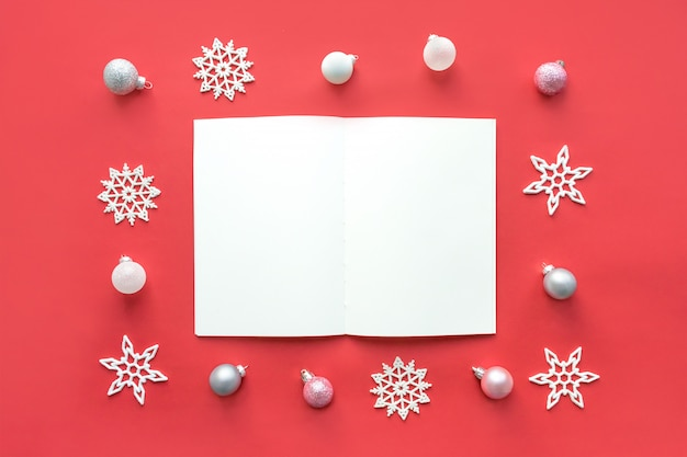 Maquete de natal com o bloco de notas branco aberto