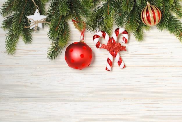 Maquete de natal e ano novo com galhos de pinheiros e enfeites vermelhos e dourados