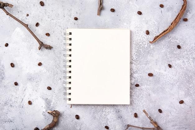 Maquete de notebook com galhos