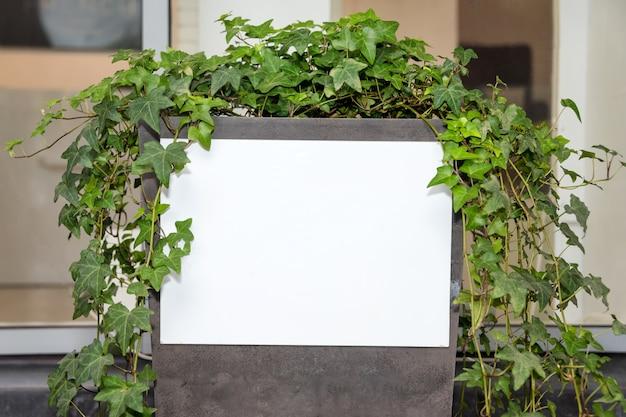 Maquete de outdoor em branco branco, moldura vazia modelo para tela de cartaz de publicidade, propaganda de banner ao ar livre