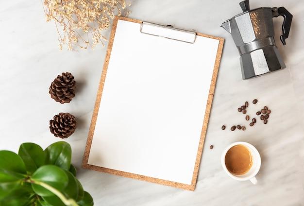 Maquete de papel de menu com xícara de café no restaurante