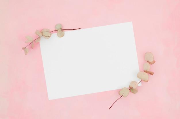 Maquete de papel plana plana com elementos florais