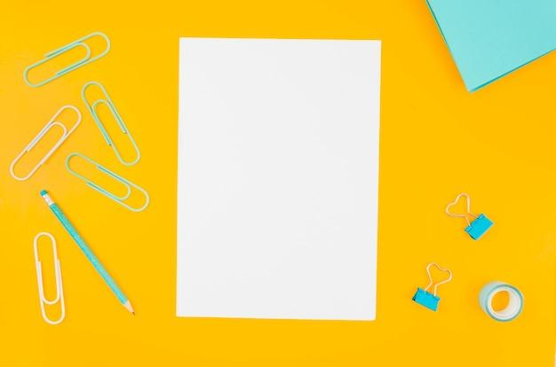 Maquete de papel plana plana no espaço de trabalho