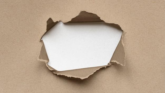 Maquete de papel rasgado com um coração