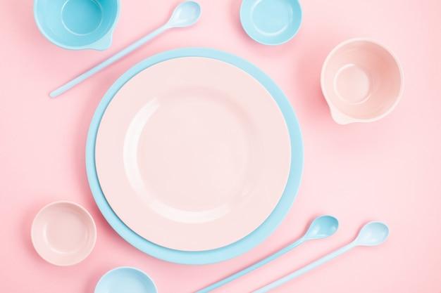 Maquete de placas rosa pastel e azuis e taças sobre rosa milenar