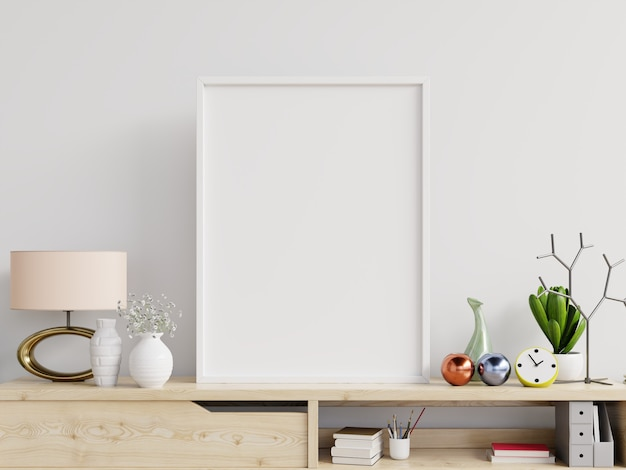 Maquete de pôster com moldura vertical na mesa e fundo de parede branca.