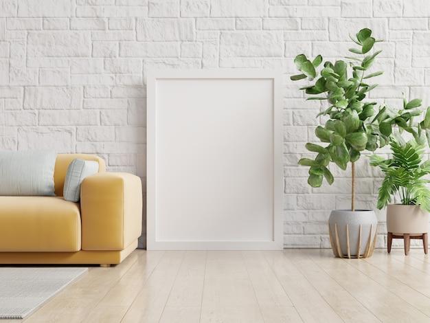Maquete de pôster com pé de quadro vertical no chão no interior da sala de estar com sofá amarelo.