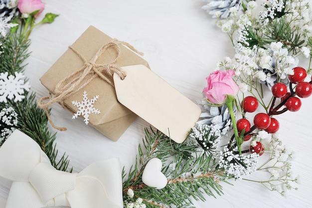 Maquete de presente de natal tag em estilo rústico com copyspace