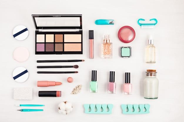 Maquete de produtos cosméticos de maquiagem e cuidados com as unhas