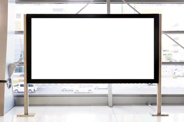 Maquete de propaganda. outdoor vazio em branco dentro de um shopping center ou metrô subterrâneo em dubai, emirados árabes unidos.