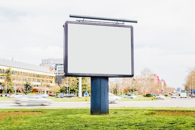 Maquete de publicidade ao ar livre na beira da estrada