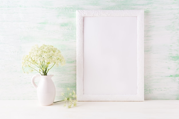 Maquete de quadro branco com delicadas flores silvestres no jarro